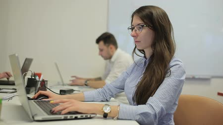 usuário : Young women working on the laptop in the office Stock Footage