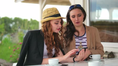 két : Beautiful girls watches the information in smartphone