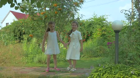 detém : The girls running in the garden Vídeos