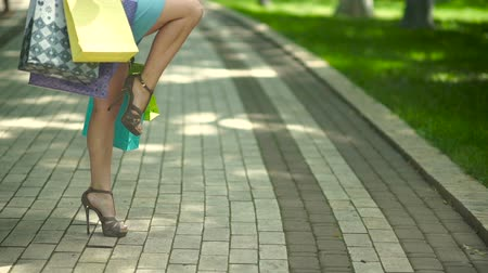 high heeled sandals : The woman begins to bend the standing leg. Stock Footage