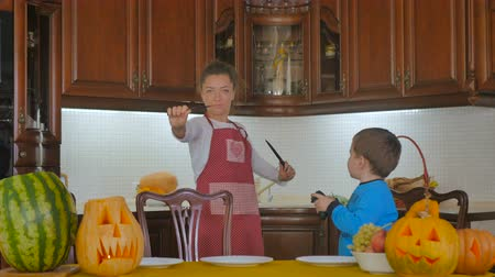 bıçak : Young woman show a tricks with knife in kitchen