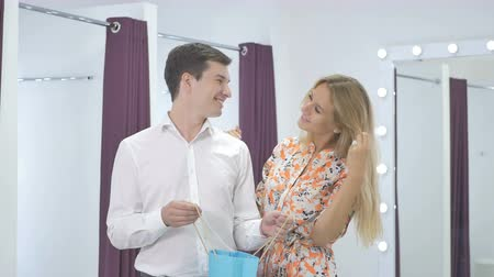 yanak : Man with girl in dressing room after shopping