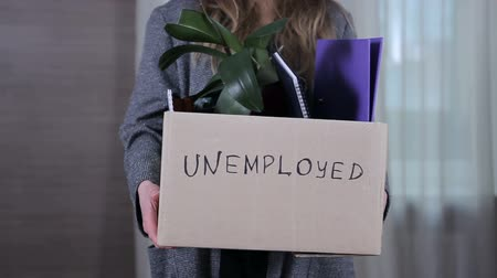desemprego : Box with things of unemployed Stock Footage