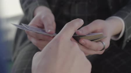 varázsló : Unrecognized guy chooses a card from an unrecognized illusionist. Card tricks.