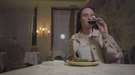 карри : Young woman eating beautifully served appetite noodles with arugula drinking red wine and smile to someone Стоковые видеозаписи