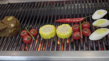 kukoricacső : Vegetable on the grill in the restaurant kitchen close-up. Cook grilling corn, cherry tomatoes and lemongrass in the modern restaurant. Food preparation