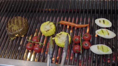mısır koçanı : Chef cooking vegetable on the grill in the restaurant kitchen close-up. Cook grilling meat, corn, cherry tomatoes, lemongrass and chili pepper in modern restaurant. Food preparation