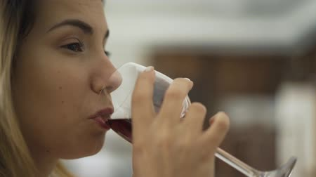 kırmızı şarap : Close-up face of adult caucasian woman drinking red wine from the glass. The lady enjoying alcohol at home or in restaurant. Drinking alcohol, relaxing