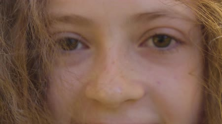 mustár : Extreme close-up of brown eyes of a little redhead caucasian girl. Child with curly hair looking at the camera and smiling