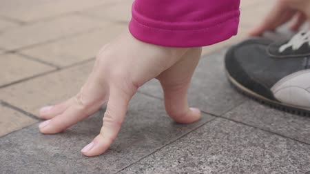 velocista : Close-up of female Caucasian hands at start position. Young female runner starting her training outdoors