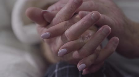 handen ineen : Extreme close-up of mature Caucasian hands. Man caressing wifes hand. Eternal love, relationship, unity, togetherness