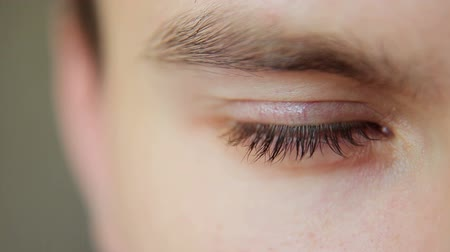 вниз : Closeup Shot Of Boy Eye looking down