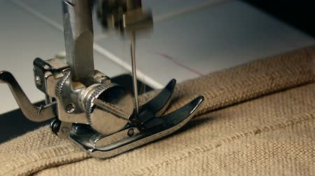 naai : Close-up Video van Naaimachine - naai een jurk in een Textile Factory. Slow Motion FULL HD Stock Footage Clip.