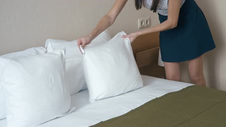 temizleme maddesi : Woman chambermaid in the hotel bedroom - arranges cushions.