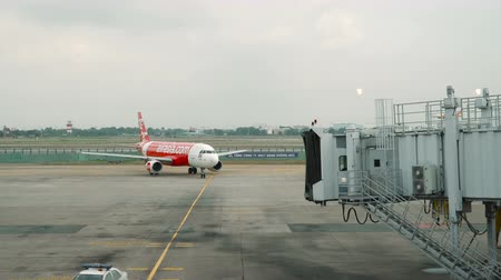 lapát : HO CHI MINH - JANUARY 05, 2018: Air Asia airlines plane taxiing after landing to the gate at Ho Chi Minh city international airport on january 05, 2018 in Ho Chi Minh city, Vietnam. Stock mozgókép