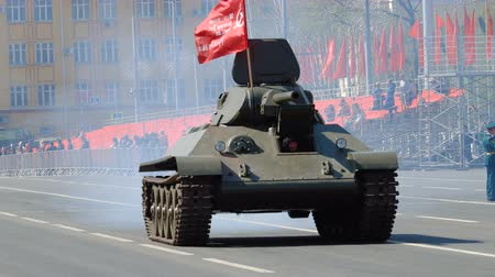 бронированный : SAMARA - MAY 5: Dress rehearsal of military parade during the Great Patriotic War -survived battle tank T34 on the square on May 5, 2018 in Samara, Russia.