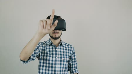 достигать : Close up shot of a young bearded man wearing virtual reality glasses - surfing net Стоковые видеозаписи