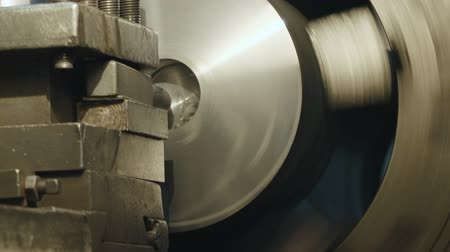 металлообработка : Milling machine produces metal detail on factory. Deep field of view. Heavy industry concept video.