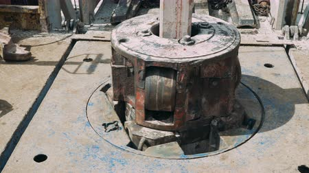 çetele : Drill pipe rotating in the rotary table for Oil Drilling Rig - Oilfield Industry