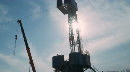çetele : Top Drive System (TDS) Spinning for Oil Drilling Rig at sunset sky - Oilfield Industry