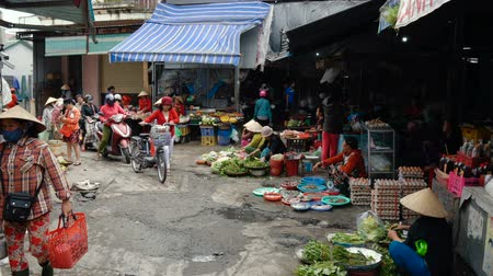 színárnyalat : HUE, VIETNAM - DECEMBER 28, 2018: Street scene with local people selling goods at market. Stock mozgókép