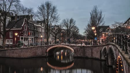 голландский : Beautiful 4 K timelapse of the canals of Amsterdam. Netherlands Стоковые видеозаписи