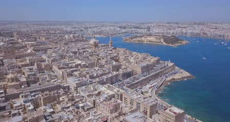 мальтийский : Aerial panorama of Ancient capital city of Valletta Malta. Island Country of Europe in the Mediterranean Sea. Стоковые видеозаписи