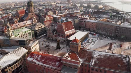 lotyšsko : Panoramic aerial view of Riga old town during winter Christmas day in Latvia Dostupné videozáznamy
