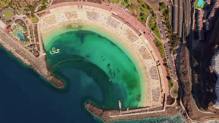 kanári : Beautiful aerial view of the full Playa de Amadores bay beach on Gran Canaria island in Spain. Stock mozgókép