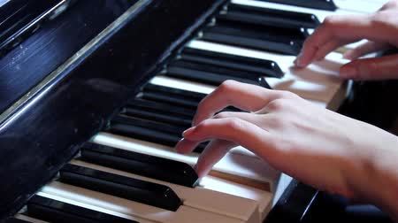 armoni : to play the piano, hands playing the piano