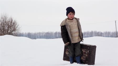 hajléktalan : boy with a suitcase in winter
