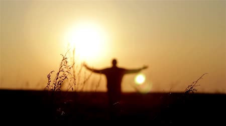 motivar : Silhouette of man on the sunrise. Freedom concept. Harmony concept.