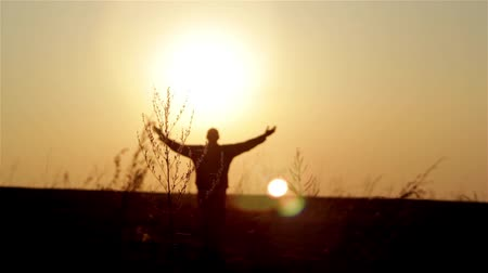 religião : Silhouette of man on the sunrise. Freedom concept. Harmony concept.