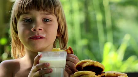 ağız : boy eating pancakes and drinking milk