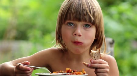 ağız : boy eating vegetables