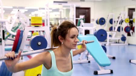 sportovní : Gym work out young women,Young  beauty woman exercising at a gym(side view) Dostupné videozáznamy