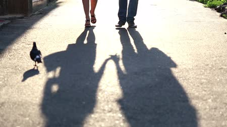любовь :  Shadow of a young couple in love on the pavement. Silhouette of two people