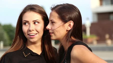 сестра : Young girlfriends have fun gossiping.Young students talking emotionally.Portrait of young girls sisters.