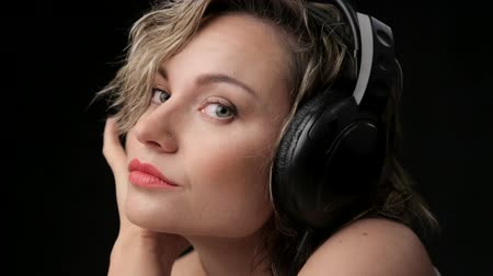 sluch : Portrait of beautiful girl in headphones. Woman blonde closeup listening to music. Young beautiful girl enjoying music.