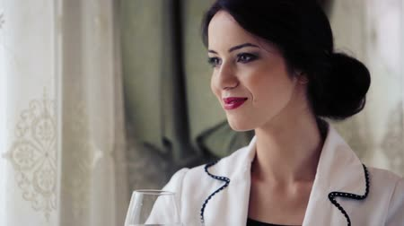figuras : Beautiful business woman at a restaurant. Portrait, of a pretty lady in the business lunch. Beautiful woman at the restaurant for lunch. Stock Footage