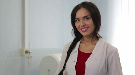falar : Young woman doctor clinic. Doctor at work in the clinic. Health care, health care for people. Vídeos