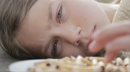 никотин : The boy is looking at cigarette butts in a plate. A teenager looks at cigarette butts. Anti tobacco video. For a healthy lifestyle.