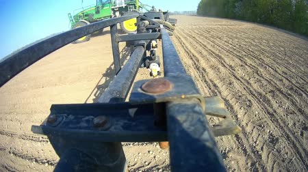 sow : A view of the spray nozzle while working in the field. Sprayer nozzle in operation, tractor sprayer works in the field. Stock Footage