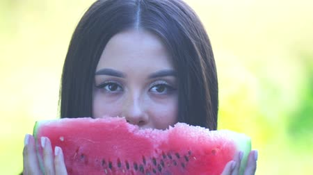 modelo de moda : Glamorous girl in a hat and glasses with a watermelon in hand. Stock Footage