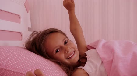 meio dia : Little girl sleeps in a pink bed. Portrait of a baby waking up in the morning in bed. Vídeos