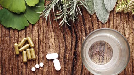 homeopati : Medical composition with pills made from natural herbs. Natural tablets with ginkgo biloba, sage, chamomile, valerian and others.