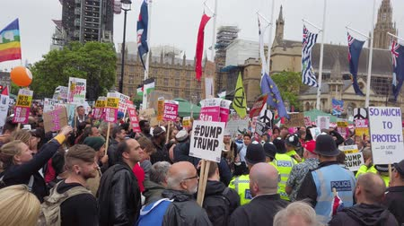 gösterici : LONDON, UK - June 4th 2019: Large crowds of protesters gather in central London to demonstrate against President Trumps state visit to the UK