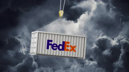 LONDEN, VK - 4 februari 2020: FedEx-logo op een swingende zeecontainer Stockvideo