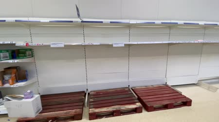 tüketici : OXFORD, UK - March 16th 2020: Empty supermarket shelves at a local grocery store as people prepare for coronavirus lockdown Stok Video