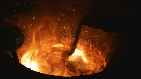 ferro : Melting of the metal at the factory. The liquid metal is poured into molds.